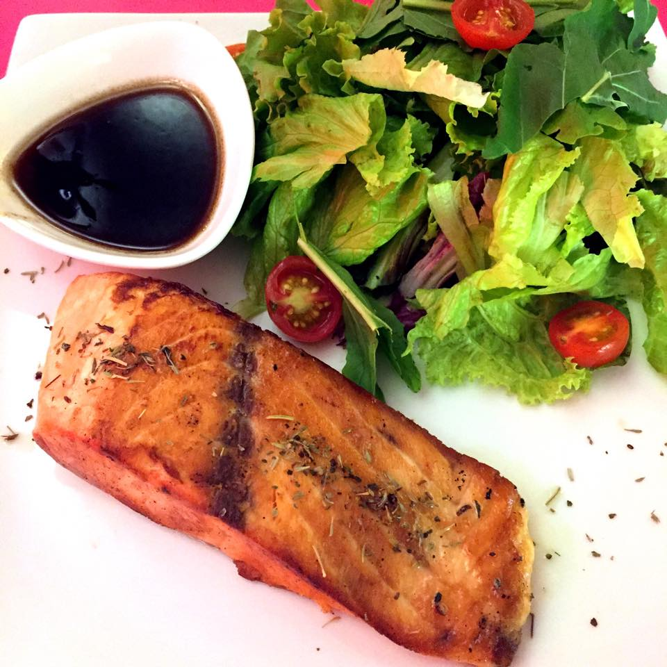 salmão com saladinha orgânica