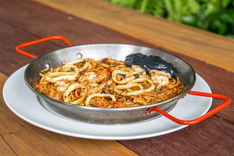 Fideua Catalana – prato de origem espanhola com pasta cozida em caldo depeixe, camarão, mexilhão e lula (R$49)