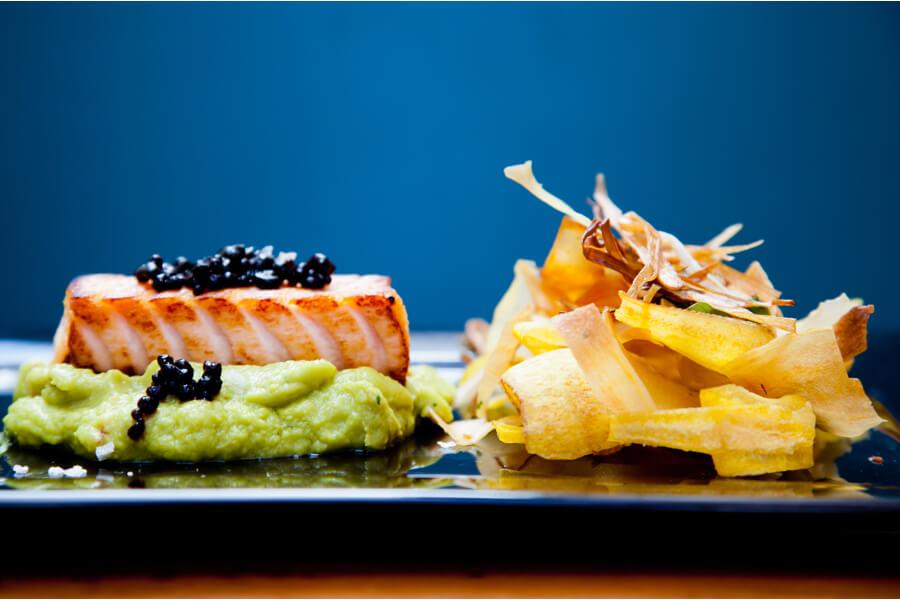 Bonito na Guacamole – peixe azul selado, servido sobre guacamole, com chips demandioquinha e ar de shoyo (R$39)