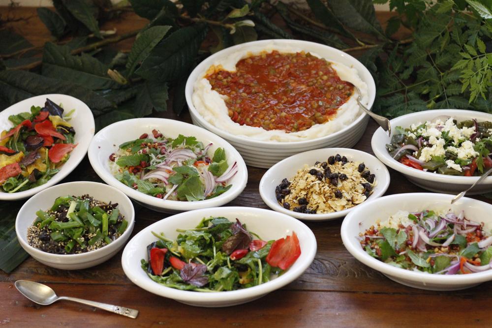 Alguns dos pratos de PANCs servidos na casa de Neide Rigo
