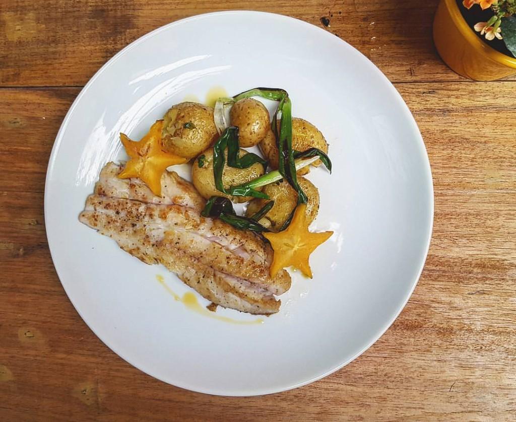 Prato de um dia muito feliz no Solo: Filé de pescada, batata ao muro, cebolinha grelhada e carambola