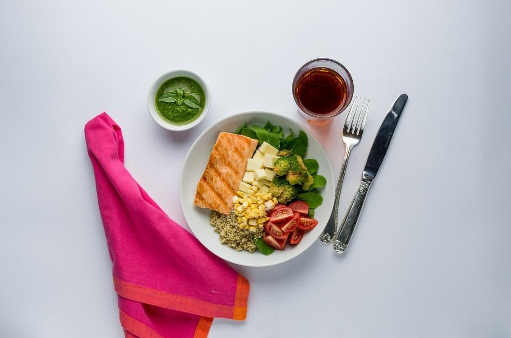 Quinoa Bowl - Salada de Folhas frescas de Rúcula com Salmão Grelhado, Quinoa Cozida, Queijo meia cura, Tomate Cereja, Brócolis Temperado e Milho, acompanhada de molho Pesto Vinagrete.