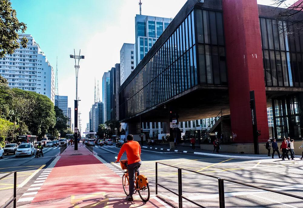 São Paulo- SP- Brasil- 27/06/2015- Ciclovia da Avenida Paulista, que será inagurada amanhã (28/06). A via será interditada a partir das 10:00 horas da manhã, com previsão de liberação a partir das 17:00 horas de domingo. A ciclovia possui 2,7 km de extensão, foi construída no canteiro central, entre a Praça Oswaldo Cruz e a Avenida Angélica. A ciclovia tem 4 metros de largura. A ciclovia foi elevada e fica a uma altura de 18 cm em relação às faixas de rolamento em suas laterais. Foto: Rafael Neddermeyer/ Fotos Públicas