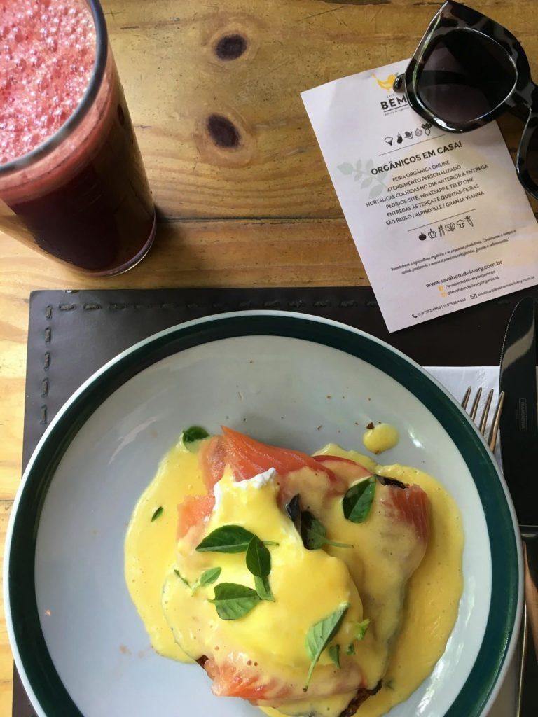 Menu de café da manhã especial da feirinha: sucos e ovos orgânicos  direto do produtor